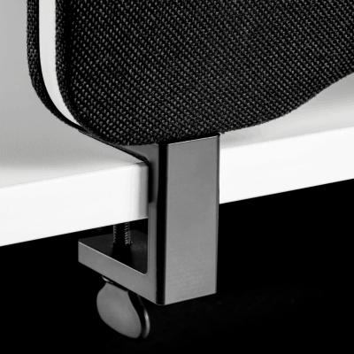 Close up billede af sort beslag til topmontering af Lintex Edge lyddæmpende bordskærm