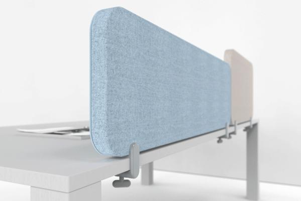 To lydabsorberende Mood Fabric Table bordskærme i to forskellige størrelser og forskellige farver, sat ovenpå et skrivebord.