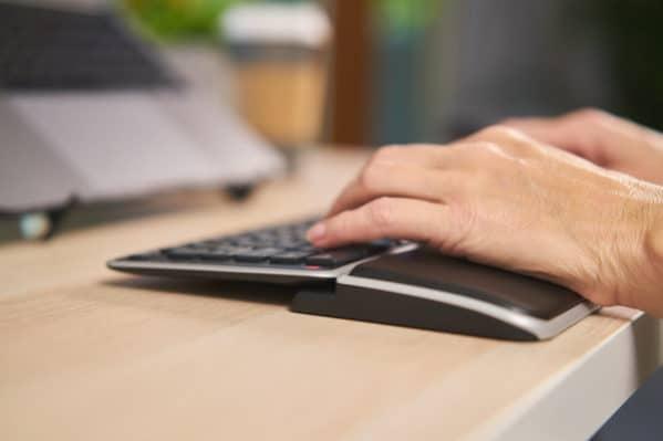 Håndledsstøtte til tastatur. Balance Keyboard Wrist Rest fra Contour Design.